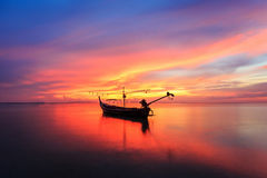 Por do sol e reflexão bonitos do mar na ilha de Samui Foto de Stock Royalty Free