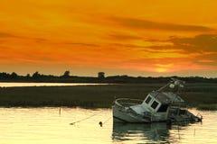 Por do sol e shipwreck Imagens de Stock