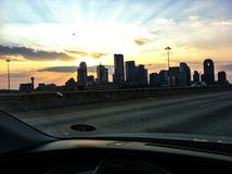 Por do sol e a skyline de Houston imagem de stock