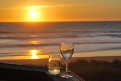 Por do sol e vidros de vinho Foto de Stock Royalty Free