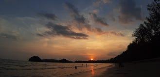 Por do sol em Ao Nang, Krabi, Tail?ndia fotografia de stock