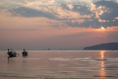 Por do sol em Ao Nang, praia de Noppharat Thara Foto de Stock Royalty Free