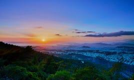 Por do sol em Atenas como visto da montanha de Imittos imagens de stock