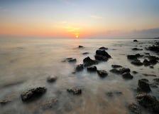Por do sol em beira-mar com rochas da natureza Fotografia de Stock Royalty Free