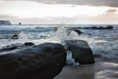 Por do sol em Camboja no beira-mar Rolo das ondas do mar em areias e em rochas fotografia de stock