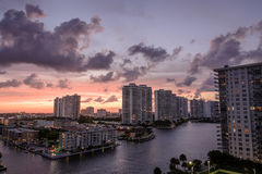 Por do sol em condomínios altos da elevação em Miami Beach Florida Imagem de Stock Royalty Free