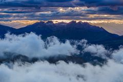 Por do sol em cumes da dolomite, Itália imagem de stock