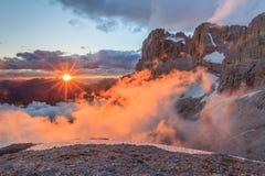 Por do sol em cumes da dolomite, Itália fotografia de stock