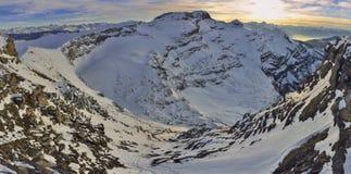 Por do sol em cumes da geleira 3000 Les Diablerets, Gstaad imagem de stock
