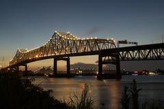 Por do sol em 10 de um estado a outro que cruzam o rio Mississípi em Baton Rouge Fotografia de Stock