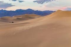 Por do sol em dunas de areia lisas do Mesquite no parque nacional de Vale da Morte, Califórnia, EUA Imagens de Stock Royalty Free
