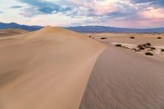 Por do sol em dunas de areia lisas do Mesquite no parque nacional de Vale da Morte, Califórnia, EUA Fotografia de Stock