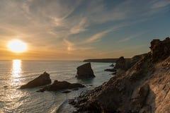 Por do sol em etapas de Bedruthan em Corwal, Reino Unido fotografia de stock royalty free