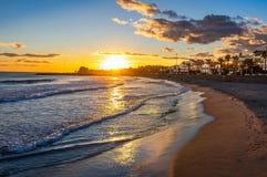 Por do sol em férias no mediterrâneo Hora dourada pelo mar Sitges, Spain foto de stock royalty free