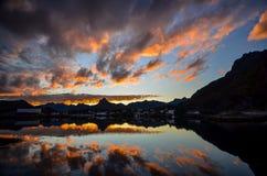 Por do sol em ilhas de Lofoten em Noruega fotos de stock royalty free