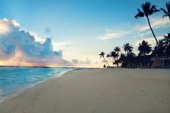 Por do sol em ilhas de Maldivas Fotografia de Stock