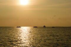Por do sol em Maldivas foto de stock