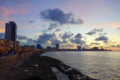 Por do sol em Malecon, os passeios famosos onde os Habaneros, amantes e sobretudo pescadores individuais se encontram, Havana de  foto de stock