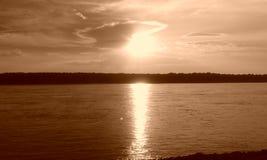 Por do sol em memphis no rio Mississípi imagens de stock royalty free