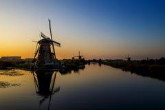 Por do sol em moinhos de vento do patrimônio mundial do Unesco Imagens de Stock