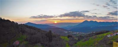 Por do sol em Mondim de Basto, Portugal fotografia de stock
