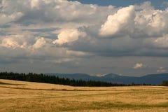 Por do sol em montanhas imagem de stock royalty free