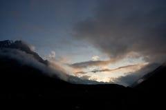 Por do sol em montanhas de Caucas imagem de stock