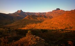 Por do sol em montanhas de drakensberg, África do Sul imagem de stock royalty free