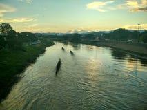 Por do sol em Nan River em Nan, Tailândia Foto de Stock