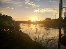 Por do sol em Nan River em Nan, Tailândia Fotos de Stock Royalty Free