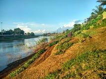 Por do sol em Nan River em Nan, Tailândia Imagens de Stock Royalty Free