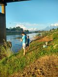 Por do sol em Nan River em Nan, Tailândia Fotografia de Stock Royalty Free