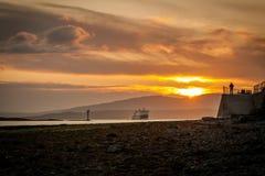 Por do sol em Oban com ferryboat imagens de stock