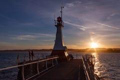Por do sol em Ogden Point Breakwater e no farol Imagens de Stock