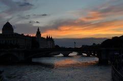Por do sol em Paris Imagens de Stock
