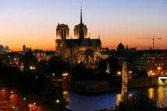 Por do sol em Paris que negligencia a catedral de Notre Dame - França imagem de stock royalty free