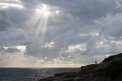 Por do sol em Playa de los Louco em Suances, Espanha imagens de stock royalty free