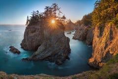Por do sol em pontes naturais ao longo de Samuel H Corredor cênico do estado de Boardman, Oregon durante um por do sol dourado da imagens de stock royalty free