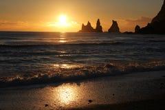 Por do sol em Reynisdrangar Imagem de Stock Royalty Free