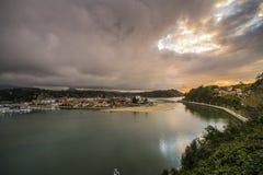Por do sol em Ribadesella em um dia nebuloso Fotos de Stock Royalty Free