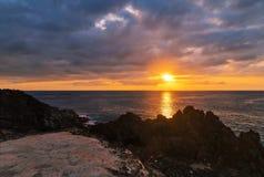 Por do sol em rochas Fotos de Stock Royalty Free