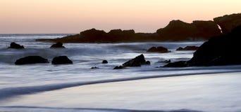 Por do sol em rochas e em penhascos da praia de Califórnia Fotografia de Stock Royalty Free