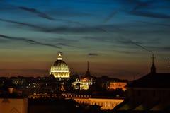 Por do sol em Roma Abóbada da basílica do ` s de St Peter Foto de Stock Royalty Free