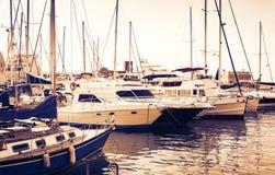 Por do sol em Sicília, o Catania Port Authority, seascape com barcos de vela fotos de stock royalty free