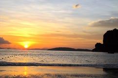 Por do sol em Tailândia - vista romântica perfeita foto de stock royalty free