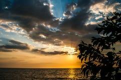 Por do sol em Tanjun Aru imagem de stock royalty free