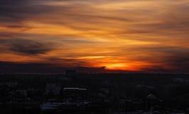 Por do sol em tons vermelhos sobre o villiage Imagem de Stock Royalty Free