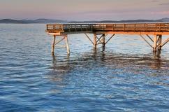 Por do sol em um cais de madeira da pesca, Sidney, BC Foto de Stock