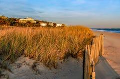 Por do sol em um dia de novembro, na praia New York de Hamptons foto de stock