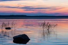 Por do sol em um lago Imagens de Stock Royalty Free